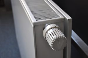 Zet de bank niet te dicht tegen de verwarming aan!