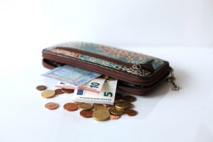 Portemonnee met geld eruit