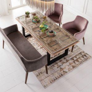 Fluwelen bank en stoelen met eettafel