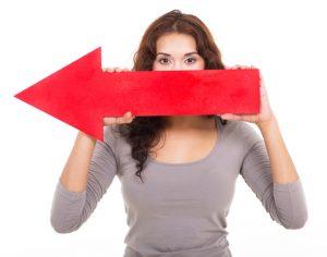 Vrouw met rode pijl wijzend naar links
