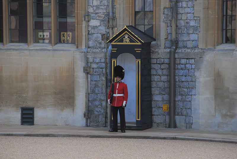 Engelse paleiswacht in rood zwart uniform