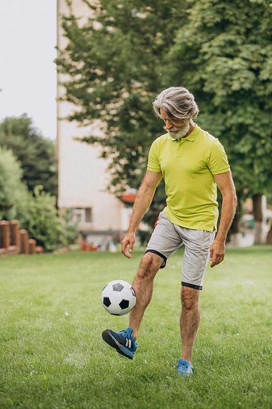 man aan het voetballen